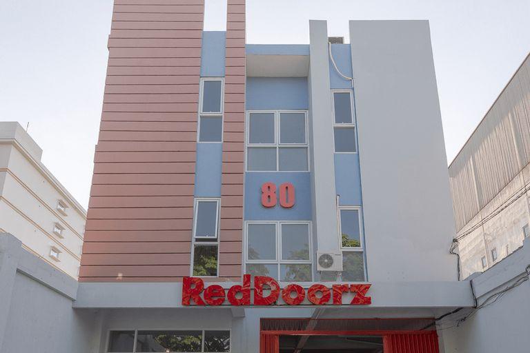 RedDoorz Plus Syariah @ Raya Nginden 2, Surabaya