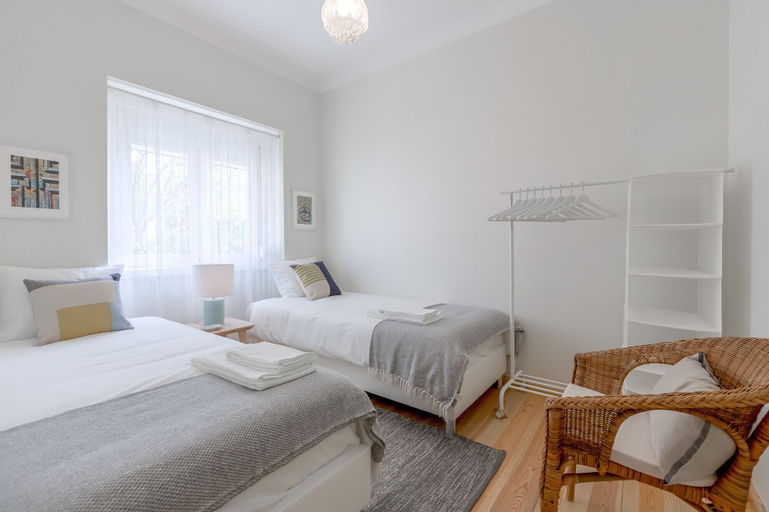 Sunny, Bright and Quiet Apartment + Free Pick-Up, By TimeCooler, Lisboa