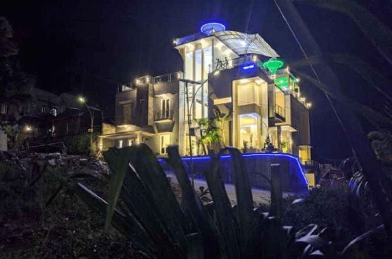 Villa Golden Pinus By DP Planet, Malang
