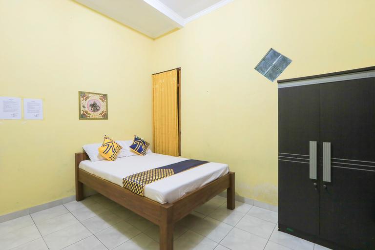 SPOT ON 2440 Wallet Family Residence, Lumajang