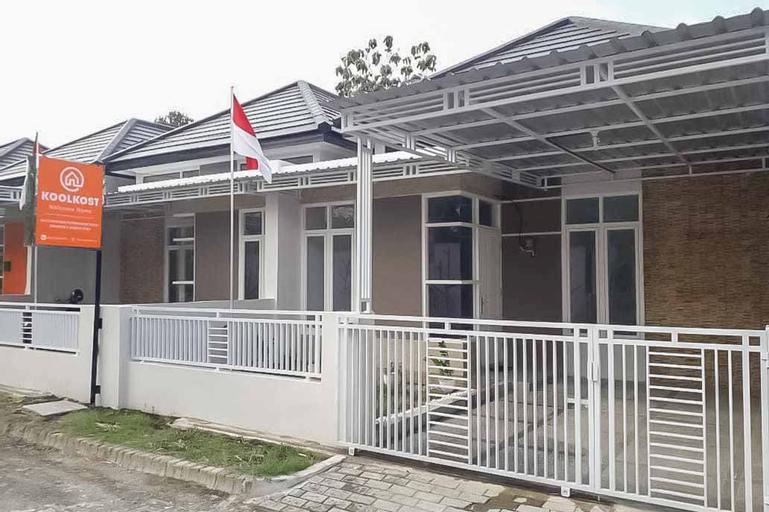 Koolkost Male Syariah near Politeknik Negeri Madiun (Minimum 6 Nights Stay), Madiun