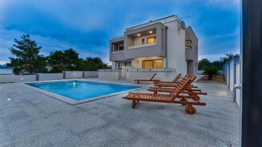Villa Magy, Nin