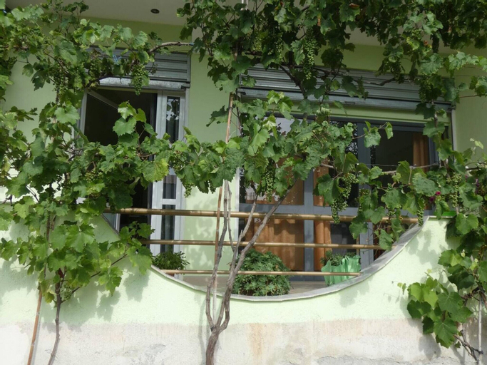 Studio in Kuçovë, With Wonderful Mountain View, Enclosed Garden and Wifi - 107 km From the Beach, Beratit
