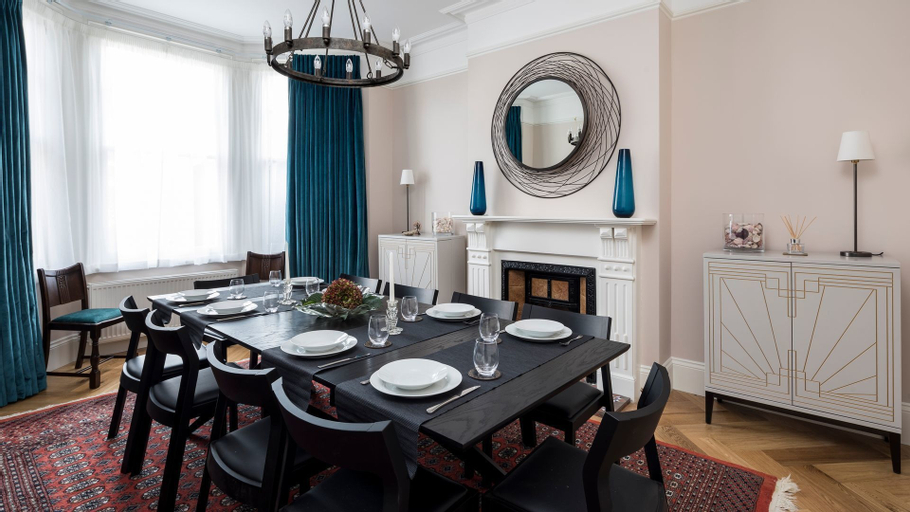 5BR Family Home in Leafy SW London, London