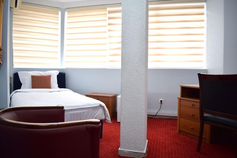 Hotel Aristocrat & Fish Restaurant,