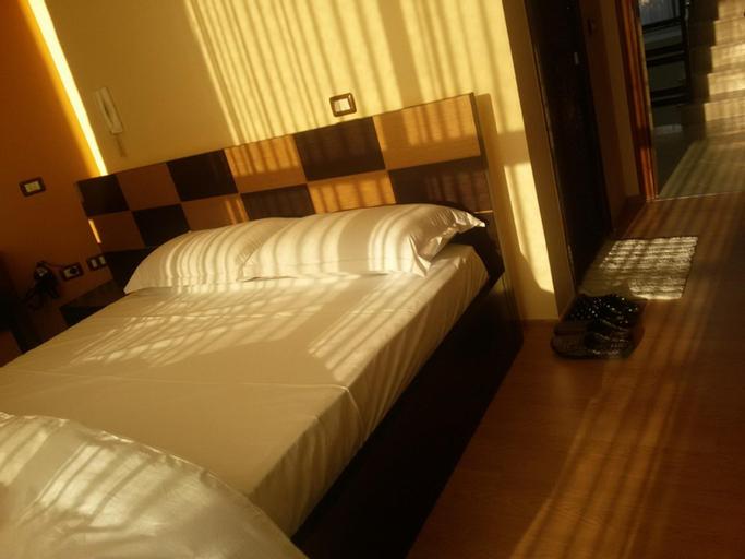Hotel Y. Salla, Elbasanit