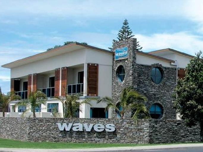 Waves Motel, Rodney