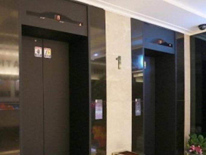 Hotel D Day, Nam