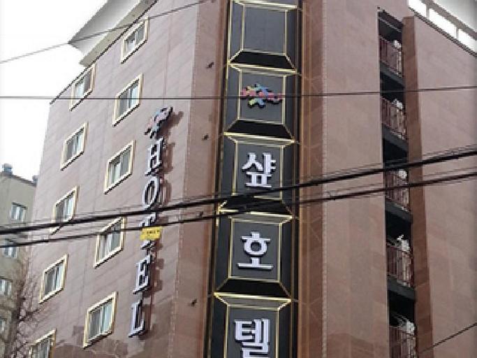 Juan Sharp Hotel, Nam