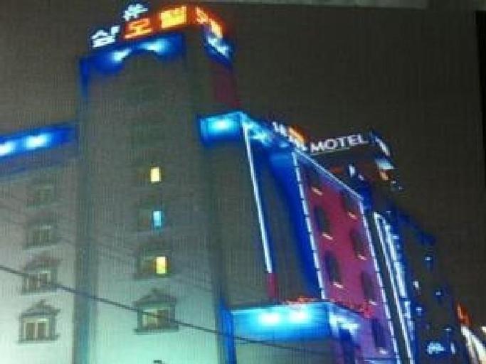 Sharp Motel, Jung