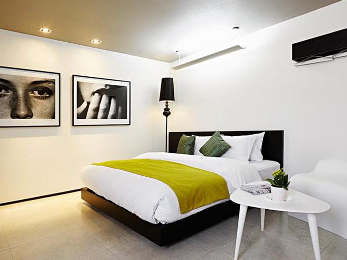 The Bathtel Hotel, Nam