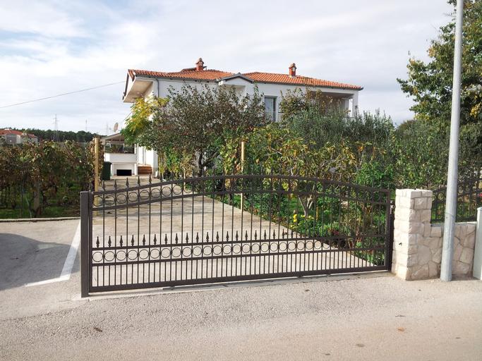 Ana Guest House, Nin