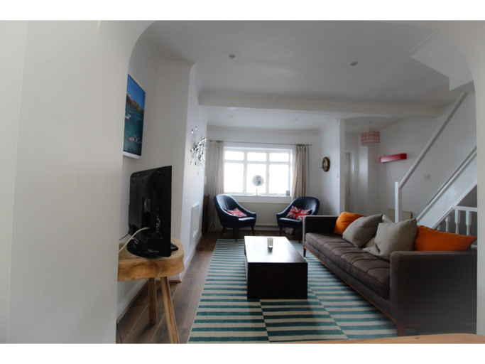 Terraced Kemptown house with a balcony by the sea, Brighton and Hove