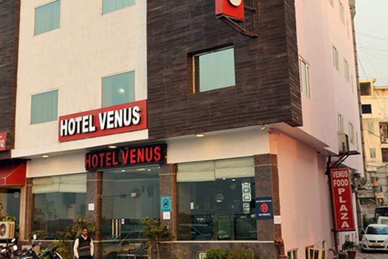 Hotel Venus, West
