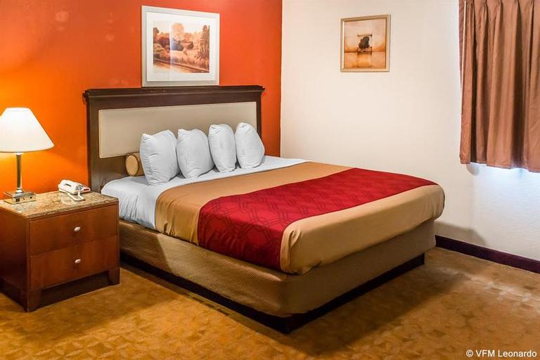 Econo Lodge  Inn & Suites, Trumbull