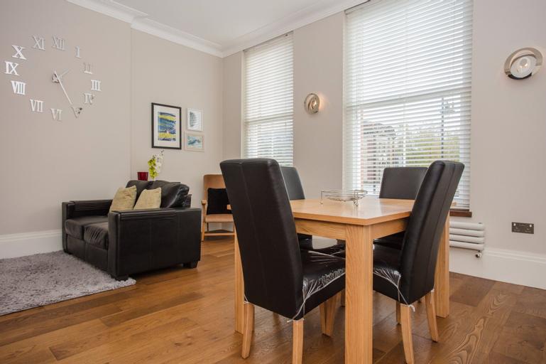 2 Bedroom Apartment in Clapham Accommodates 3, London