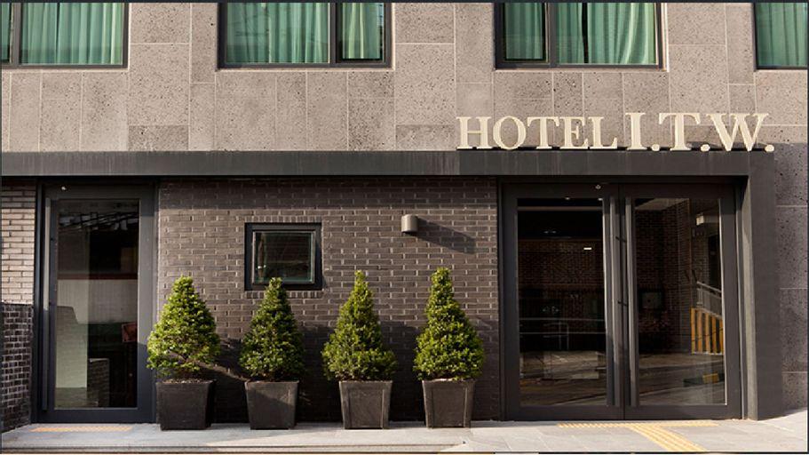 I.T.W. Hotel, Jung