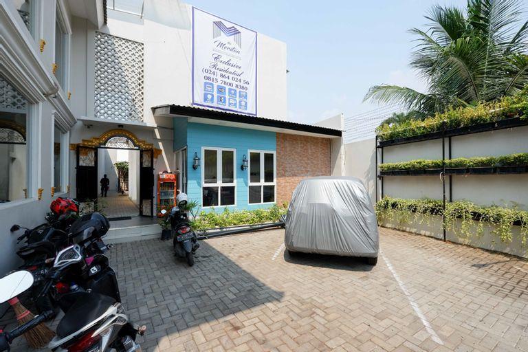 RedDoorz Plus near Paragon Mall Semarang, Semarang