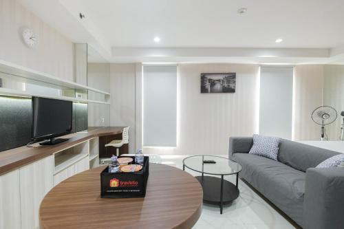 Elegant and Comfy Studio Azalea Suites Apartment Cikarang By Travelio, Cikarang