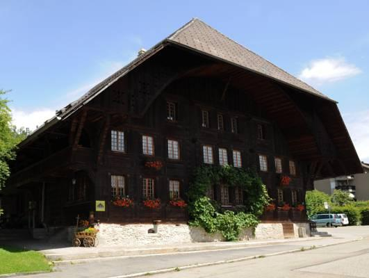 Emme Lodge, Signau