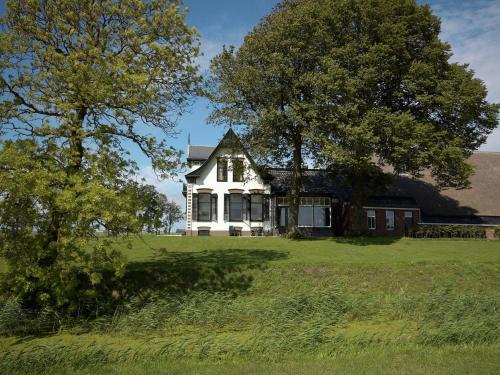 Quaint Farmhouse in Uithuizermeeden with Indoor Heated Pool, Eemsmond