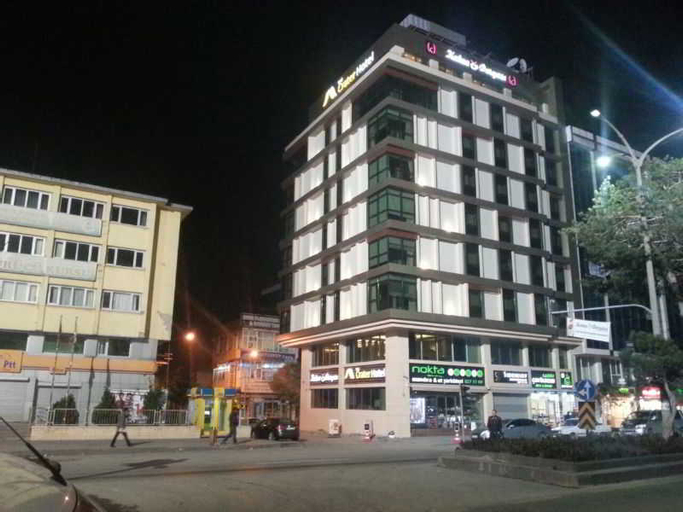 The Crater Hotel, Tatvan