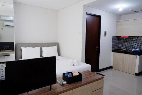 Close to Pool Studio Apartment Sky Terrace at Daan Mogot Baru By Travelio, Jakarta Barat