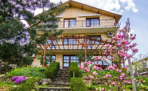 Villa Relax, Apriltsi