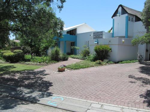 Bettie's Luxury Lodge, Fezile Dabi