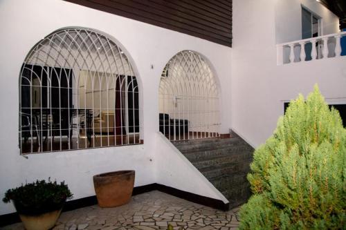Maya Apartments, Blauwgrond