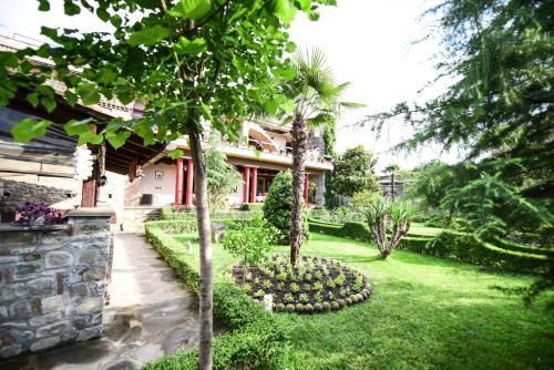 Real Scampis Hotel, Elbasanit