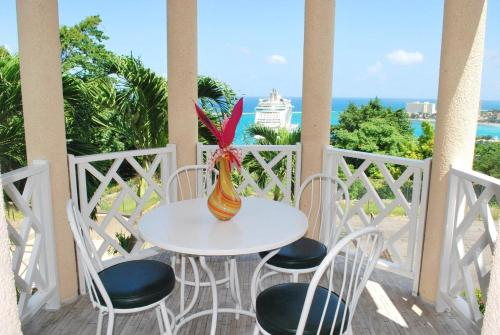 Ocho Rios Columbus Heights Large Studio Apartment sleeps 1-2 Persons With Gym Swimming Pool, Tennis ,