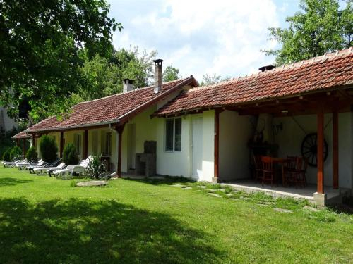Roden Dom Holiday Home, Apriltsi