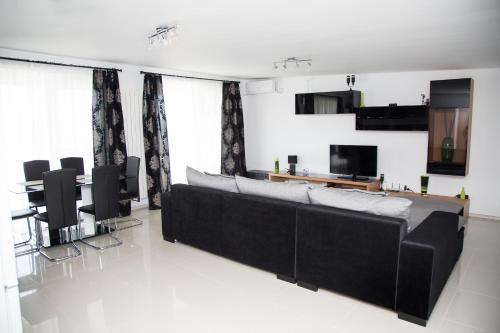 Alma Apartments, Navodari