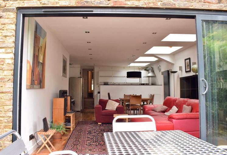 2 Bedroom Flat in Brockley With Garden, London