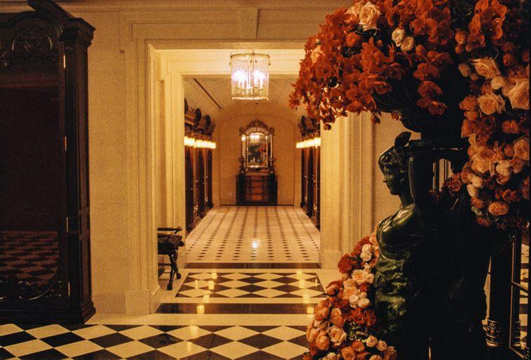 L'Escape Hotel, Jung