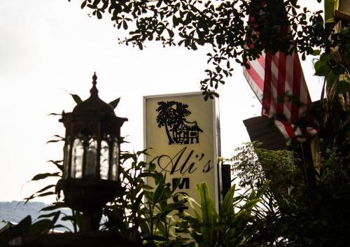 Ali's Motel, Barat Daya
