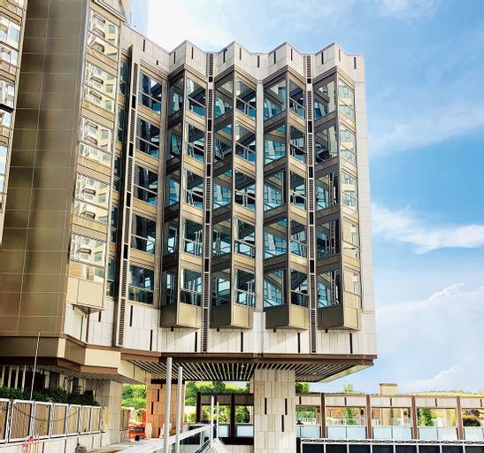 Hotel Alexandra, Eastern