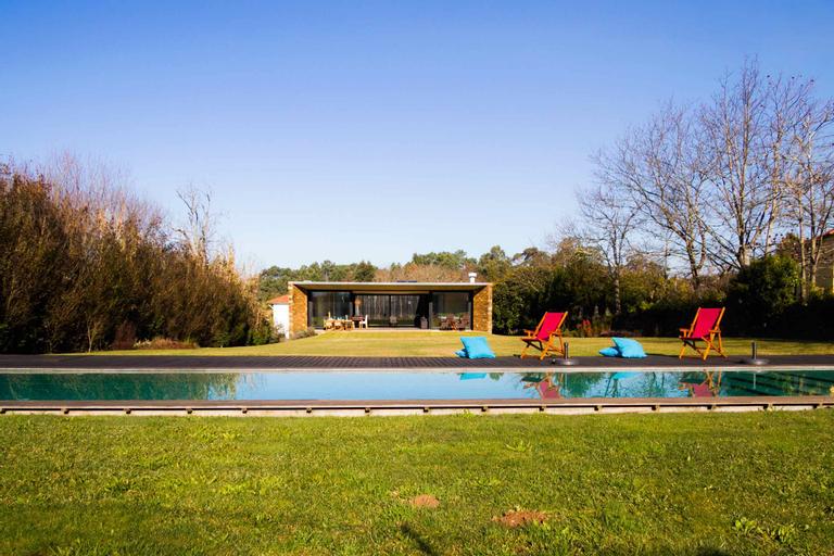Lawny Pool House, Caminha