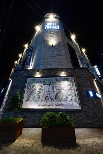 Hotel 7Bricks, Nam