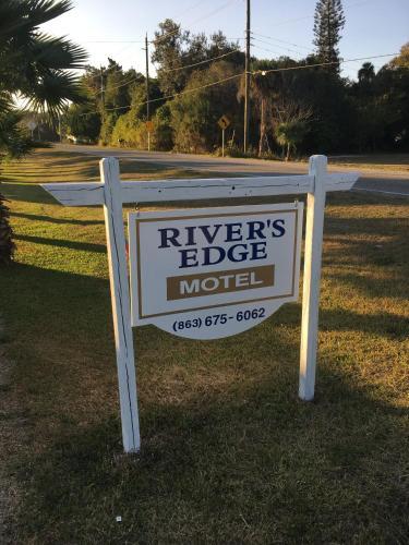 The Rivers Edge Motel, Hendry