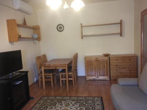 Dina Apartman, Pécs