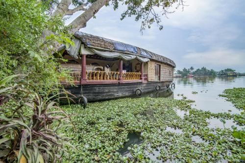 2-BR houseboat for 6, by GuestHouser, Alappuzha