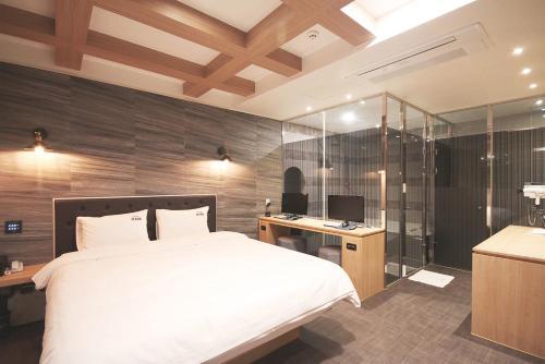 Hotel Marr, Jung