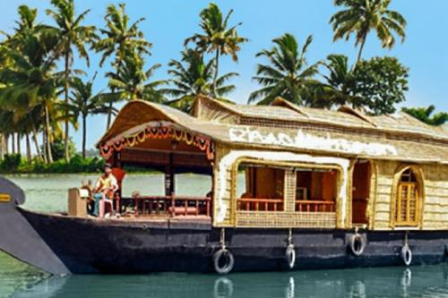 Houseboat with chef services in Kottayam, by GuestHouser 32666, Kottayam