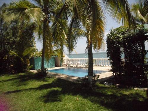 Elegant Beach-house in Tropical Garden., San Carlos