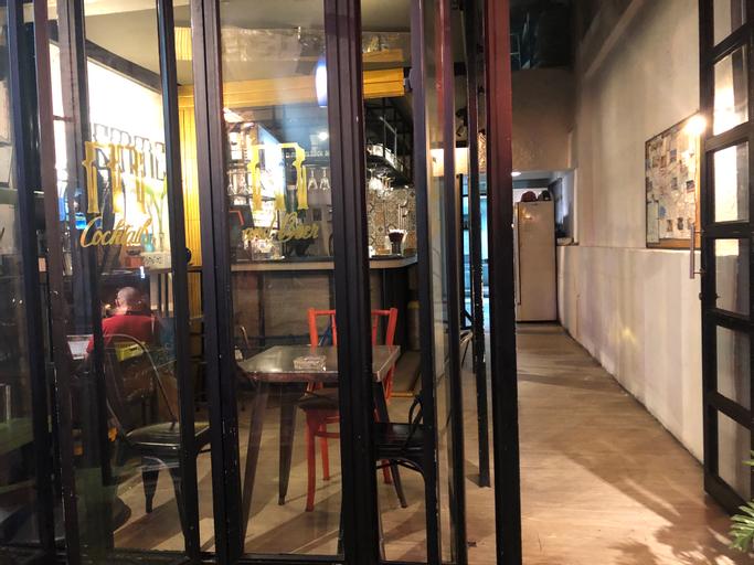 Glad Bangkok Hostel Bar and Restaurant, Khlong San