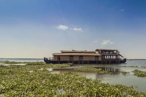 Houseboat with a rustic touch in Kottayam, by GuestHouser 32674, Kottayam