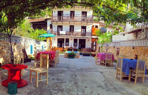 Maya Hostel Berat, Beratit