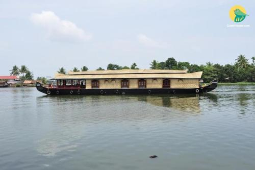 Houseboat with a rustic touch in Alappuzha, by GuestHouser 31600, Alappuzha